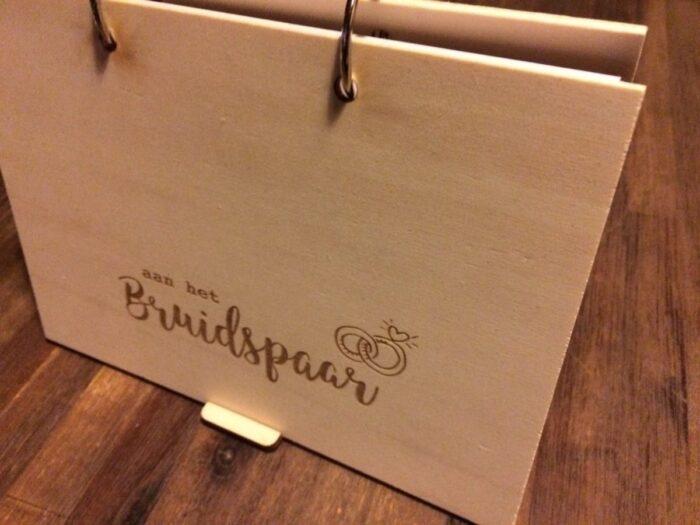 houten gastenboek aan het bruidspaar