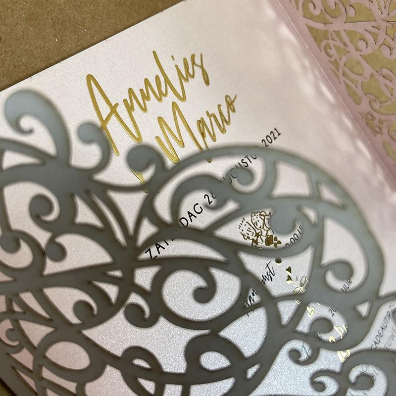 Gelaserde trouwkaart met goudfoliedruk