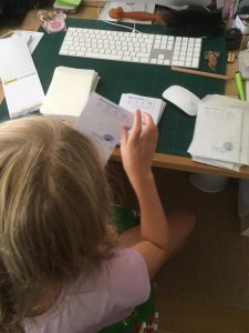 Faye steekt groeikaartjes in de pergamijn envelop